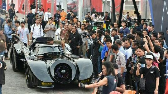 Batmobile yang didatangkan langsung dari Amerika berhasil menyita perhatian pungunjung di Telkomsel IIMS 2019