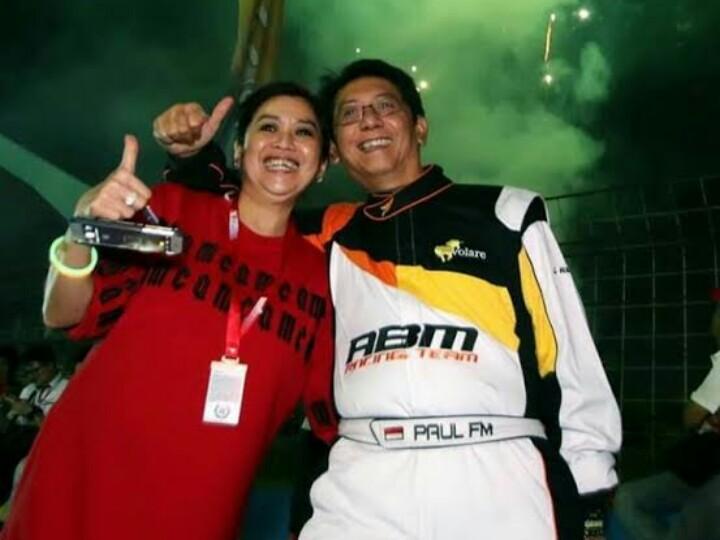 Paul dan Vivi Montolalu dengan latar belakang kembang api menandai sukses gelaran ISSOM Night race pertama di Asia tahun lalu di sirkuit Sentul.