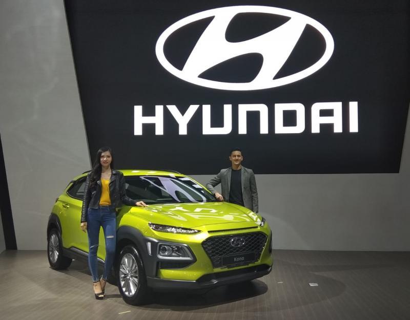 Hyundai Kona mengadopsi Signature Grille khas Hyundai yaitu Cascading Grille, dipadu dengan fenders-model wing-type dibagian depan. (anto)