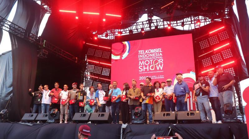 Para pembalap 3 generasi mendapat plakat penghargaan dari PT Dyandra Promosindo (foto: Rayhan)