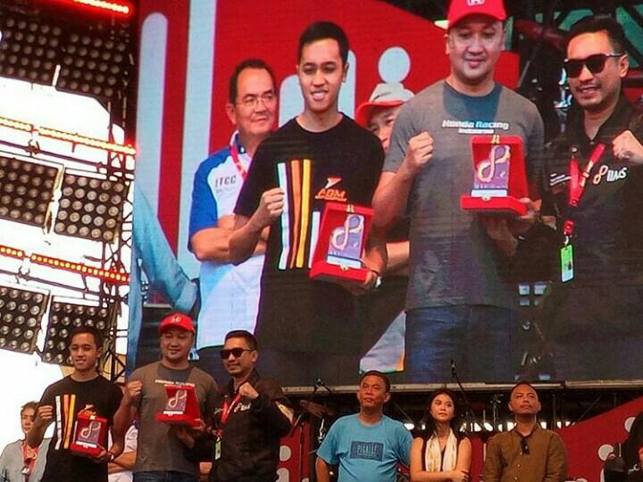 Alvin & Avila Bahar usai menerima plakat dari Rudy MF selaku Project Manager Telkomsel IIMS 2019 di Kemayoran.