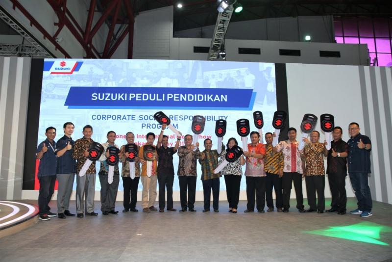 Penyerahan simbolik unit mobil Suzuki untuk SMK dan Universitas Negeri di Telkomsel IIMS 2019. (ist)