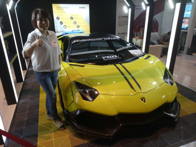 Linda Widjaja bersama Lamborghini Aventador yang bodinya telah dibranding V-Kool Paint Protection Film. (foto : bs)