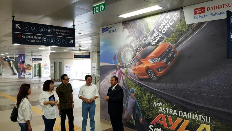 Hendrayadi Lastiyoso bersama dengan idiom Daihatsu di stasiun MRT Cipete Raya