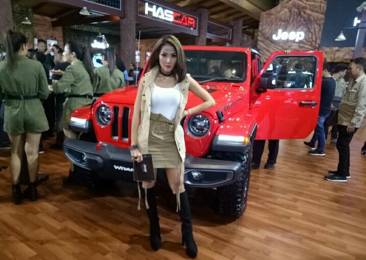 Jeep All New Wrangler Rubicorn ini dibanderol Rp 1,6 miliar, tidak termasuk yang mejeng di depannya lho. (foto : bs)