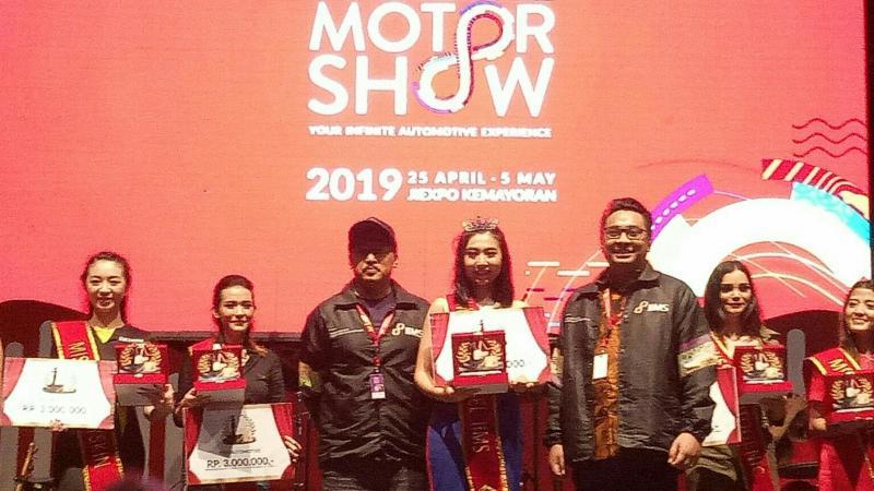Miss Telkomsel IIMS 2019 diraih Maya Mauren (tengah) dari booth Suzuki. (foto : bs)