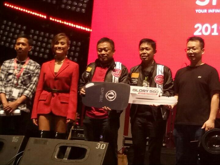 Hendra Noor Saleh (kedua dari kanan)  dan Agnez Mo saat prosesi serah terima grand prize 1 unit DFSK Glory 560. (foto : bs)