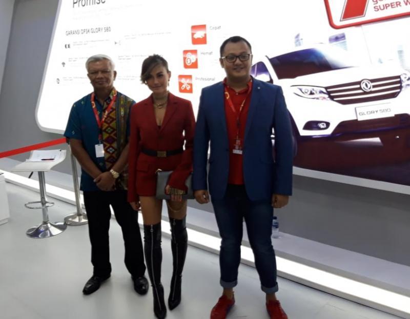 Agnes Mo, brand ambassador DFSK tampil menghibur pengunjung Telkomsel IIMS 2019