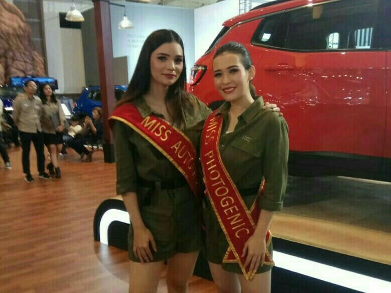 Julia Hansen (kanan) dan Pier Palestrini persembahkan Miss Otomotif dan Miss Fotogenik buat HASCAR Group. (foto : kus)