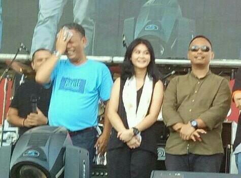 Canya di antara sang ayah dan Wibi, kakaknya di talk show Kemayoran pekan lalu. (foto : bs)