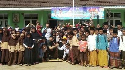 Salam komando perwakilan Roark Revival dan siswa SDN Tembong Cipokok Lebak Banten di bakti sosial IMI DKI. (foto : IMI DKI)