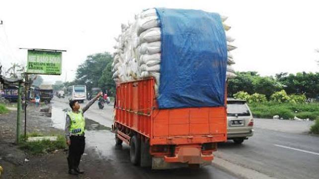 Hati-hati berkendara di belakang truk/mobil yang kelebihan muatan (ist)