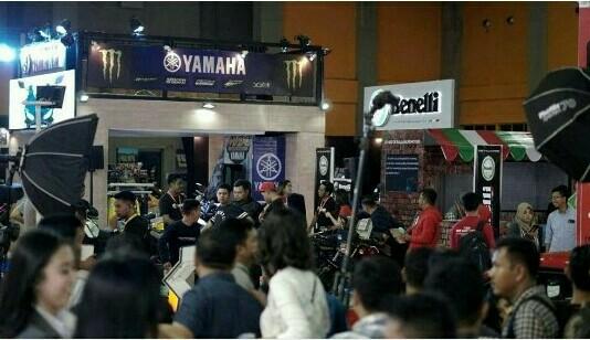 Salah satu booth ramai dengan pengunjung di pameran otomotif IIMS Makassar 2019