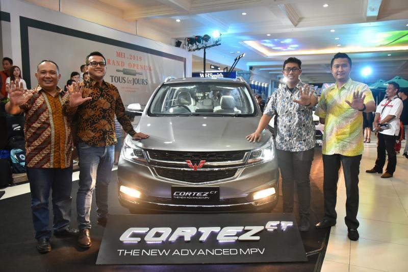 Jajaran Manajemen Wuling Motors, PT Kumala Cemerlang Abadi, dan PT Hanawa Mobilindo Utama dalam peluncuran Cortez CT & Confero S ACT di Bali. (ist)