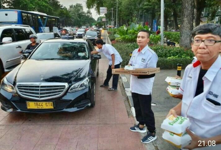 Komunitas Serena Indonesia Brotherhood bagikan takjil di kawasan Lapangan Banteng Jakarta pusat