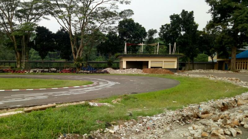 Tembok pembatas di area R12 telah dibongkar, dan akan dibangun perpanjangan run out. (foto : bs)