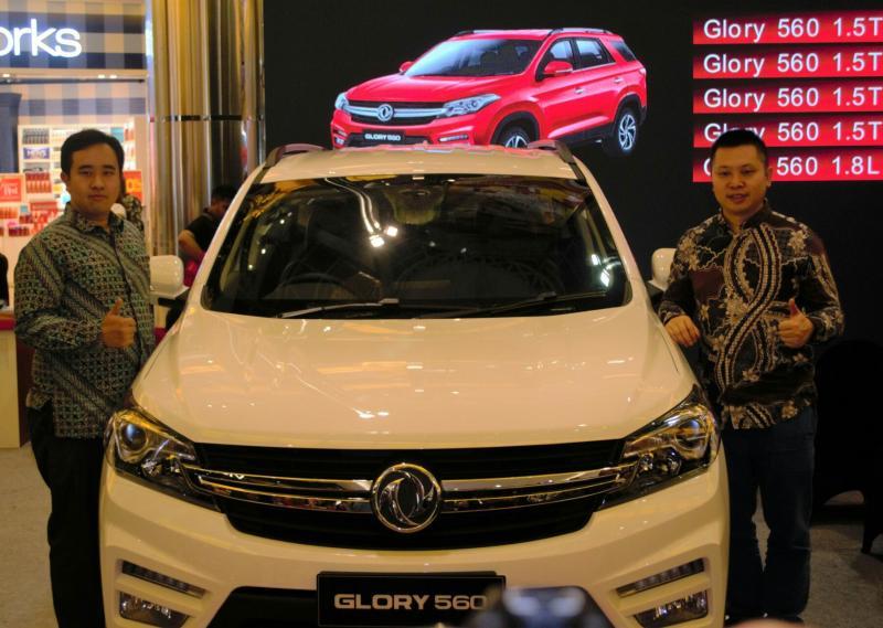 DFSK Glory 560 dengan segala keunggulannya menyapa penggemar mobil Surabaya. (foto : dsfk)