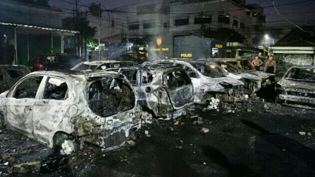 Kendaraan yang dibakar masa anarkis pada Aksi 22 Mei dinihari di Petamburan, Jakarta Barat.  (foto : antara)