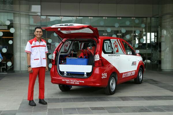 Mekanik di dealer Auto2000 siap membantu lakukan servis mobil Toyota anda.  (foto : auto2000)