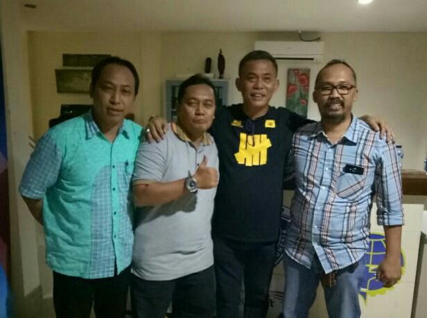 H. Prasetyo Edi Marsudi SH (kaos hitam) didaulat foto bersama para ketua klub anggota IMI DKI.  (foto : bs)