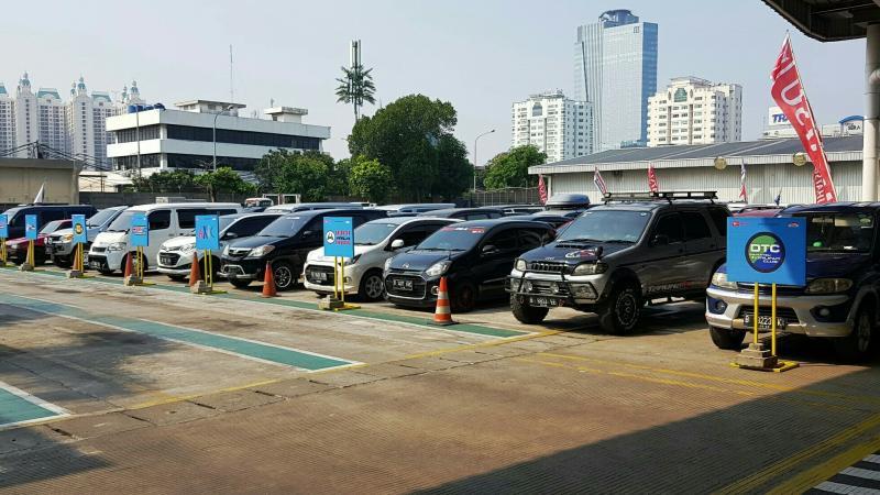 Belasan anggota klub mobil Daihatsu dan jurnalis siap menikmati keceriaan Daihatsu Sahabat Mudik 2019