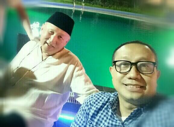 Mobilinanews bersama H. Tinton Soeprapto di pinggir kolam renang Lor In Sentul hotel. (foto : bs)