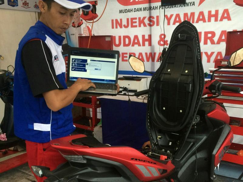 Teknisi Yamaha melakukan pemeriksaan motor biar sehat dibawa mudik Lebaran. (foto : ymh)