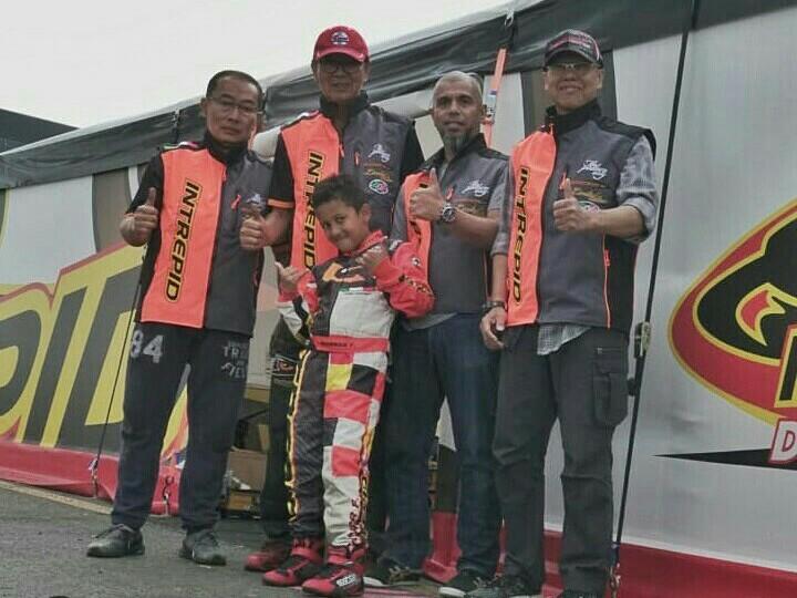 Qarrar Firhand bersama pelatih dan official tim dari Indonesia.