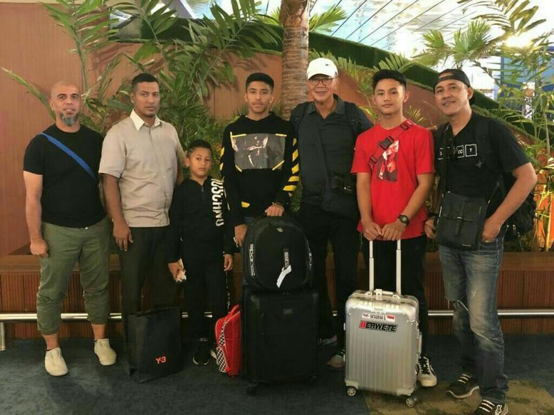 Tim Intrepid Indonesia yakni Qarrar Firhand, Akmal Assibly dan Diptya Oktadewa bersama pelatihnya mejeng dulu sebelum masuk pesawat