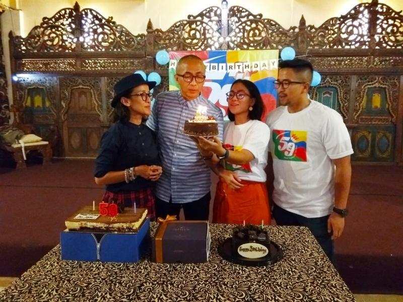 Perayaan ulang tahun ke-59 ini juga ditandai seremoni pemotongan kue yang didampingi keluarga inti, yakni istri serta putra dan putri Dani Sarwono. (anto)