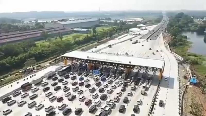 Antrian kendaraan mudik di pintu tol yang akan keluar dari Jakarta
