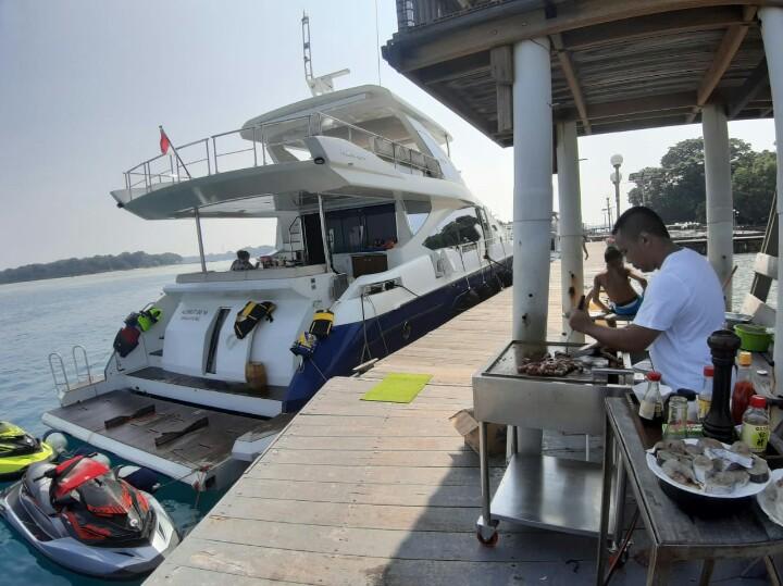 Andy Wibowo yang hobi memasak, membuat tak perlu kuatir soal makan meski berada di Kepulauan Seribu. (foto : ist)
