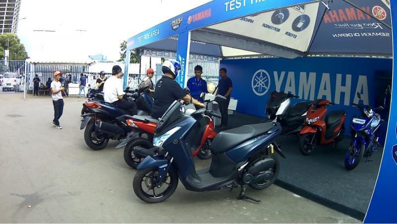 Selain ketiga skutik yang bisa dicoba tersebut, ada juga tiga motor Yamaha lain yang khusus menjadi display di tenda area test ride ini. (anto)