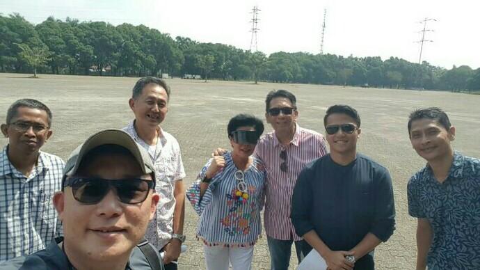 Paul F. Montolalu (ketiga dari kanan) bersama Lola Moenek saat meninjau bakal venue drift di Sentul. (foto : ist)