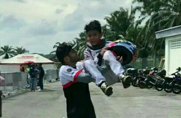 Kimi Rae dibopong sang ayah usai menjuarai round 3 Asia Max Challenge di Sepang, Malaysia