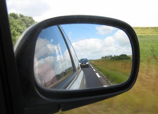 Jadi, semua kendaraan bermotor harus memiliki dua buah kaca spion. (ist)
