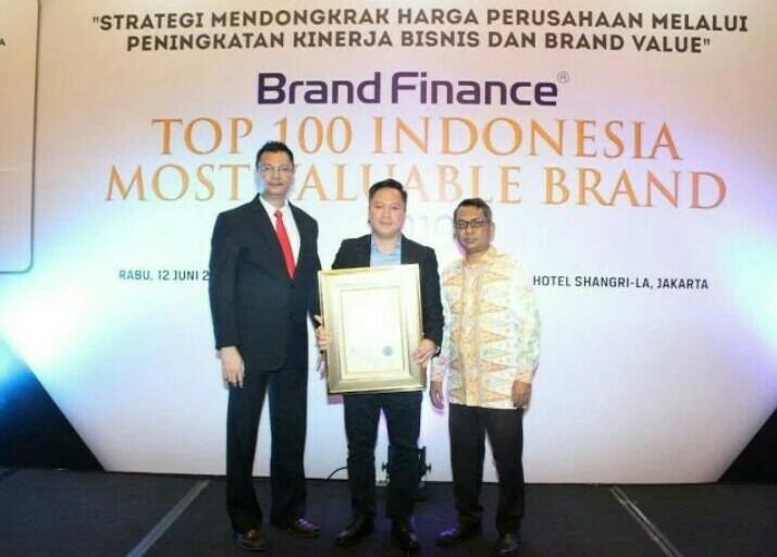 Leonard Gozali dari PT Gajah Tunggal Tbk berkenan hadir dan menerima penghargaan di hotel Shangrila Jakarta
