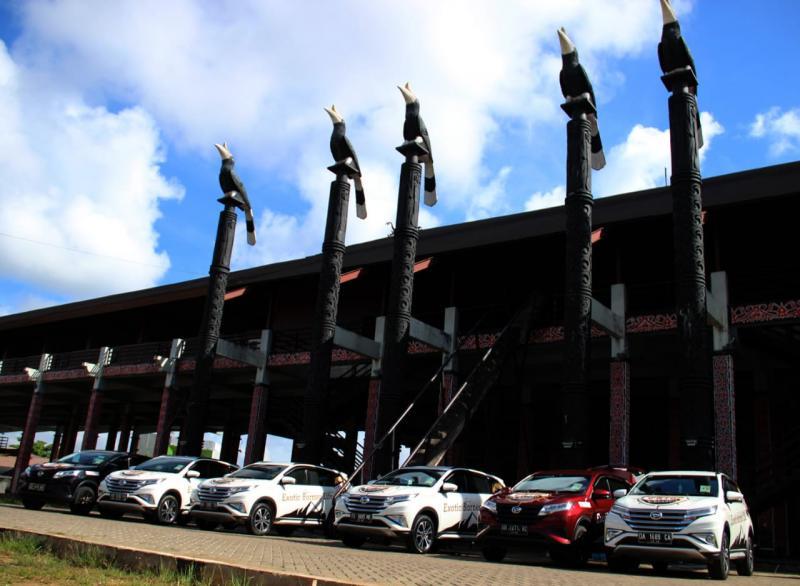 Penjelajahan menggunakan 7 (tujuh) unit All New Terios mengunjungi destinasi pertama yakni Rumah Adat Dayak Radakng. (anto)