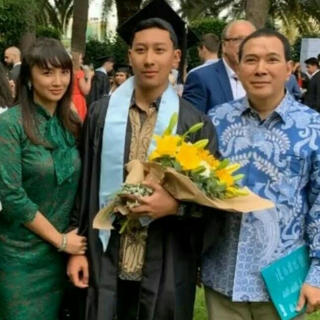 Wisuda Darma Mangkuluhur di Spanyol berhasil menyatukan papa dan mama tercintanya. (foto : ig darmamh)
