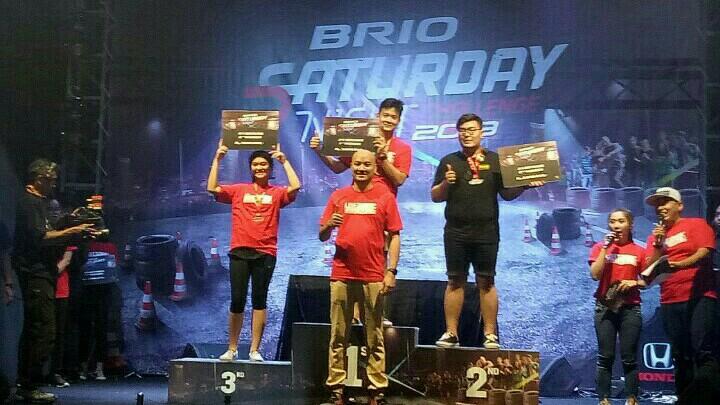 Ferril Sucahyono di podium juara 1 BSNC dan Adhi Parama Sugarda dari PT Honda Prospect Motors. (foto : bs)