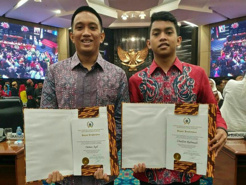 Demas Agil (kiri)  dan Zharfan Rahmadi, penghargaan atlet balap terbaik dari Pemprov DKI Jakarta. (foto : saras)