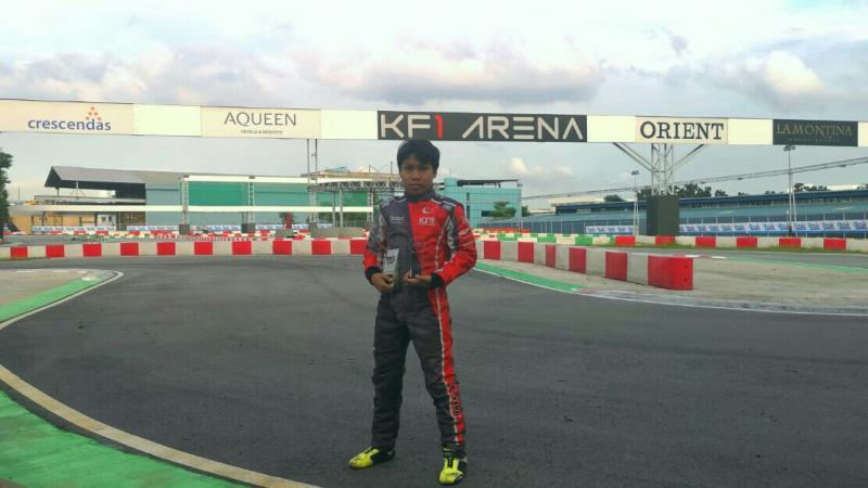 Daffa AB dengan trofi fastest lap Singapore Rok Cup di sirkuit KF1 Arena. (foto : p-five)