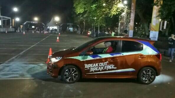 Om Bro beraksi memukau pada opening ceremony Brio Saturday Night Challenge di GBK Senayan. (foto : bs)