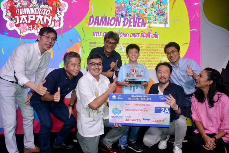 Presdir PT Toyota Astra Motor Yoshihiro Nakata dan para juri bersama Damion Deven yang terpilih sebagai pemenang.