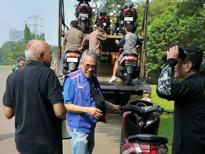 H. Tinton Soeprapto memimpin langsung pengangkutan motor dengan ekspedisi truk ke Malang