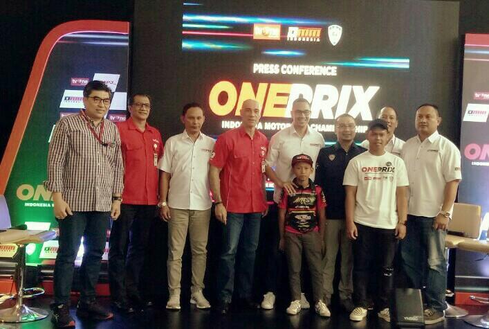 Sadikin Aksa (baju biru) bersama penyelenggara, pembalap, OMM serta Viva Group di launching Oneprix. (foto : bs)