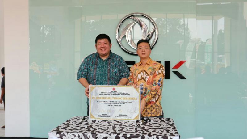 Edwin Siantar Owner PT Sinar Utama Trans Sejahtera dan Edward Deng - Sales Dept Head PT Sokonindo Automobile.