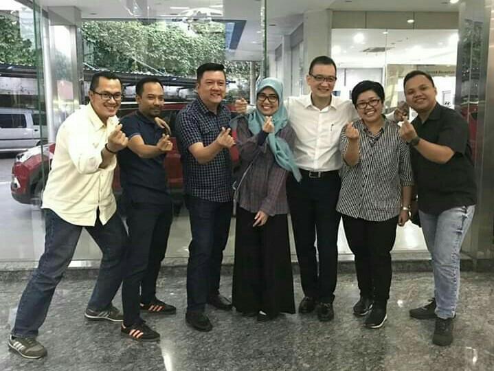 Mukiat Sutikno (ketiga dari kanan) farrewel dengan rekan kerjanya di HO Hyundai Mobil Indonesia, Simprug, hari ini. (foto : hmi)