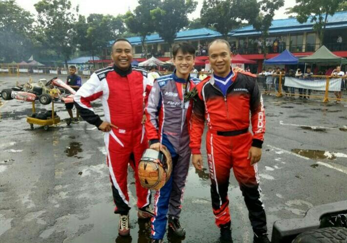 Haridarma Manoppo (kiri), pembalap mobil yang juara gokart Asia di sirkuit gokart Sentul. (bs)