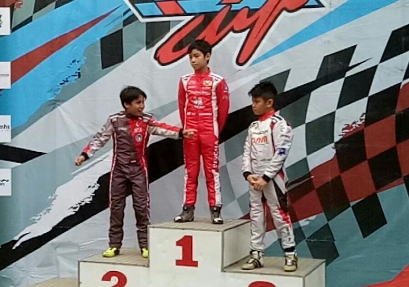 Daffa AB juga meraih trofi juara 2 kelas Mini Rok di bawah pegokart Thailand, Nandhavud. (foto : bs)